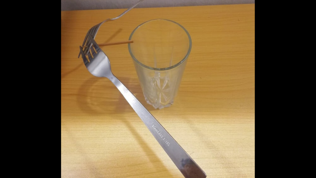 Experimento-equilibrio-de-fuerzas-con-tenedores.