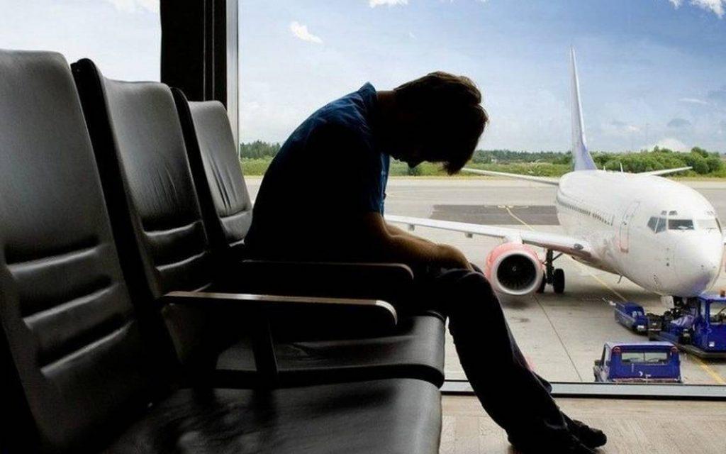 Algunos síntomas que presentan las personas por el jet lag es la incapacidad de dormir.