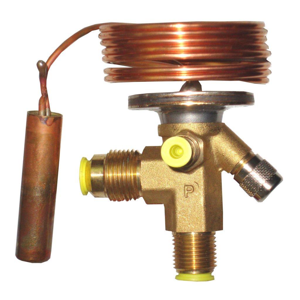 La válvula de expansión, disminuye la presión y temperatura del refrigerante