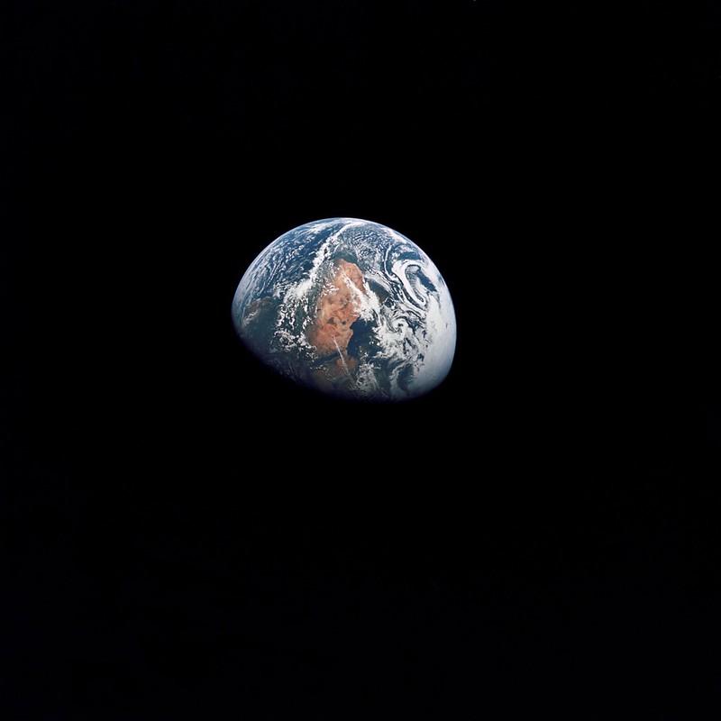 Nuestro-planeta-con-Africa-del-Norte-al-centro-a-100000-millas-de-distancia.