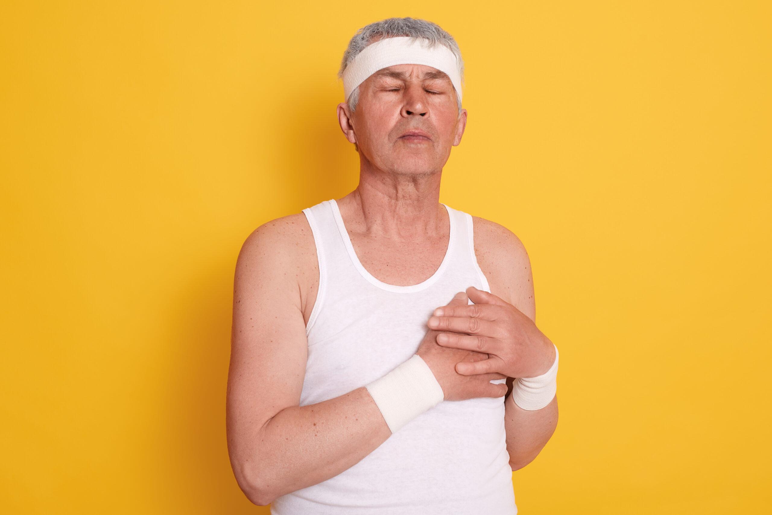 Hombre sufriendo un infarto. La intervención coronaria percutánea (ICP) es el tratamiento de elección en el infarto con elevación del segmento ST y la angina de pecho severa.