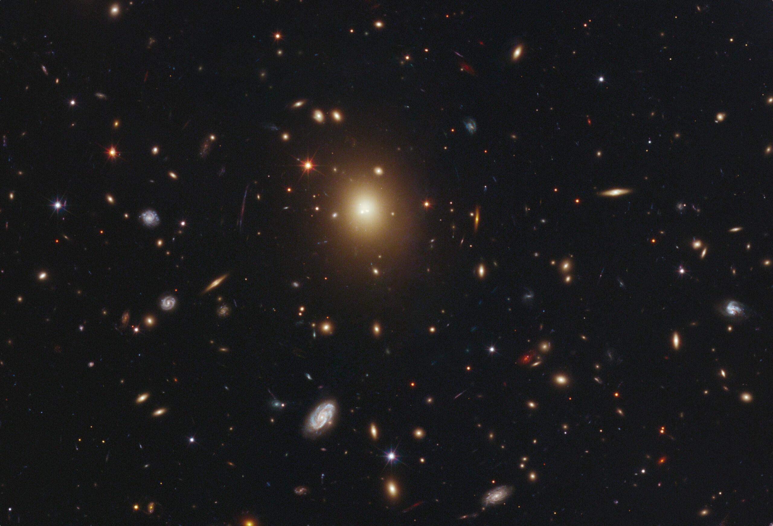El cúmulo de galaxias Abell 2261, donde aparece en el centro la galaxia más masiva y brillante de ese cúmulo, A2261-BCG; según la evidencia hasta el momento, todo indica que no existe agujero negro en su centro.