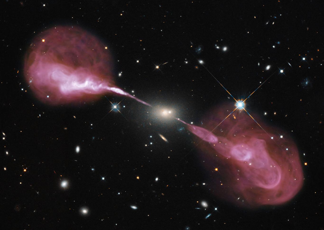 Galaxia Hercules A con unos chorros de materia supercaliente de ondas de radio